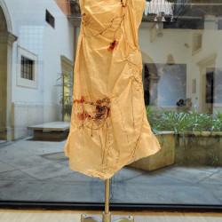 vestito sul manichino performance alla galleria La Giarina