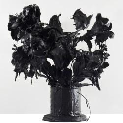 Andrea Bianconi, Love Story 4, 2013, fiori, colla, cemento, smalto nero, 25 x 35 x 40 cm