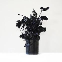 Love story 5, 2013, fiori, cemento, colla, smalto nero, 35 x 33 x 45 cm