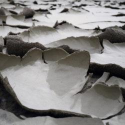 Ehsan Shayegh, Non c'è più orizzonte, 2020, argilla, sabbia, pietra lavica e smalto (particolare)