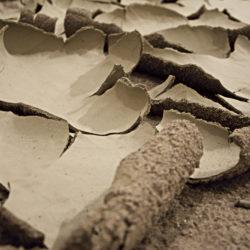 Ehsan Shayegh, non c'è più orizzonte, 2020, argilla, sabbia, pietra lavica e smalto (veduta dell'installazione site specific)