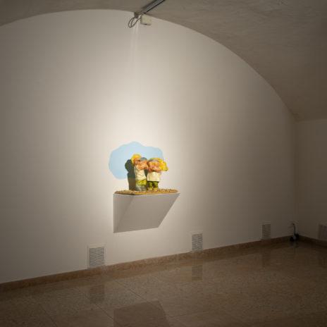 Veduta della sala di Silvano Tessarollo con l'opera 'Gli uomini vanno coltivati', 1998 - Courtesy La Giarina Arte Contemporanea